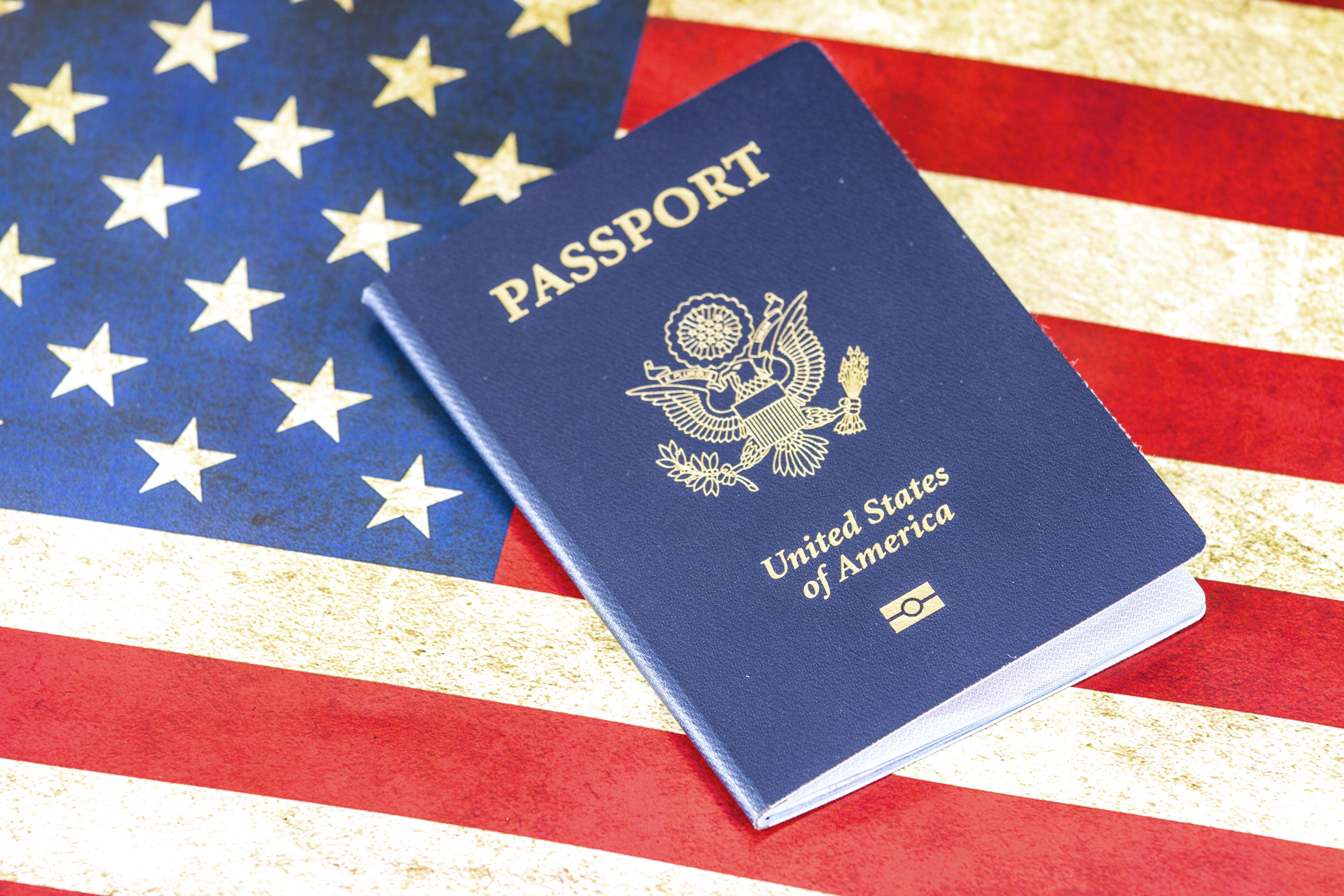 アメリカの国旗とパスポート