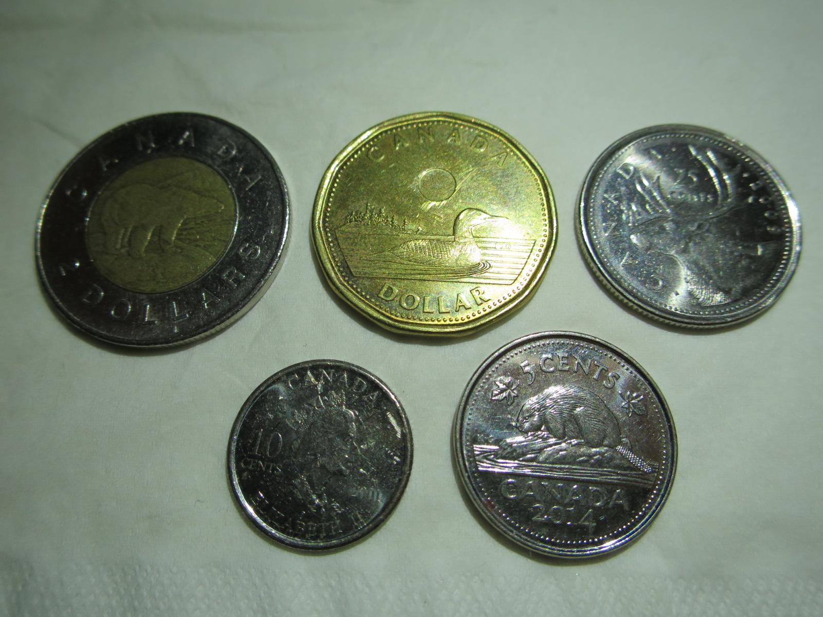 白いテーブルの上に置かれた複数のコイン