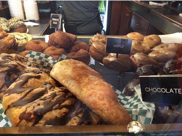 テーブルに置かれた様々なパン