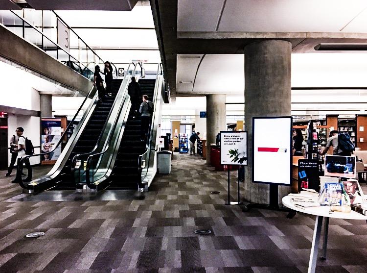 図書館内のエレベーターを利用する人々