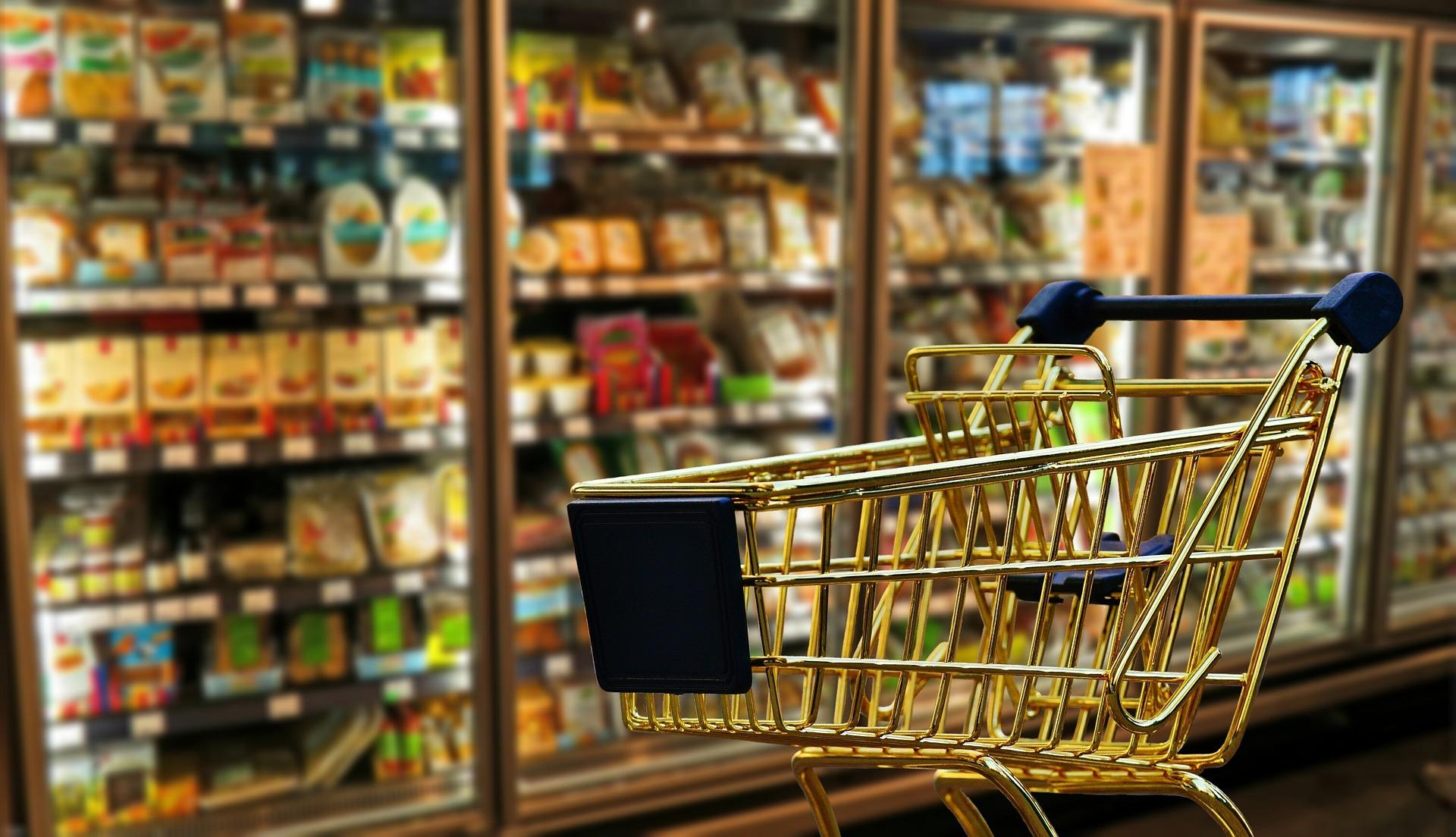 買い物カゴと背後に見える食品