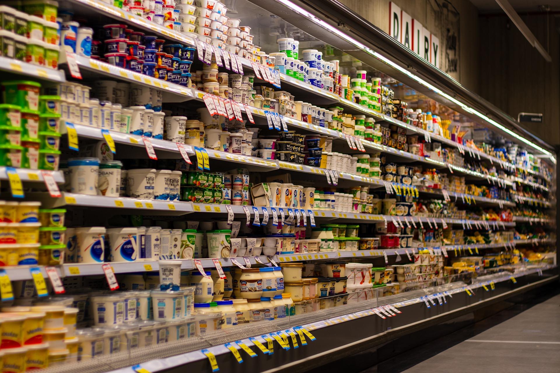 棚に陳列されている乳製品